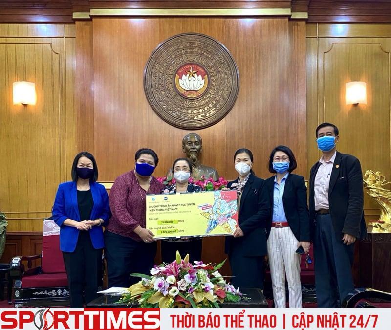 Đại diện ban tổ chức chương trình trao toàn bộ số tiền quyên góp đến Uỷ ban Trung ương Mặt trận Tổ quốc Việt Nam