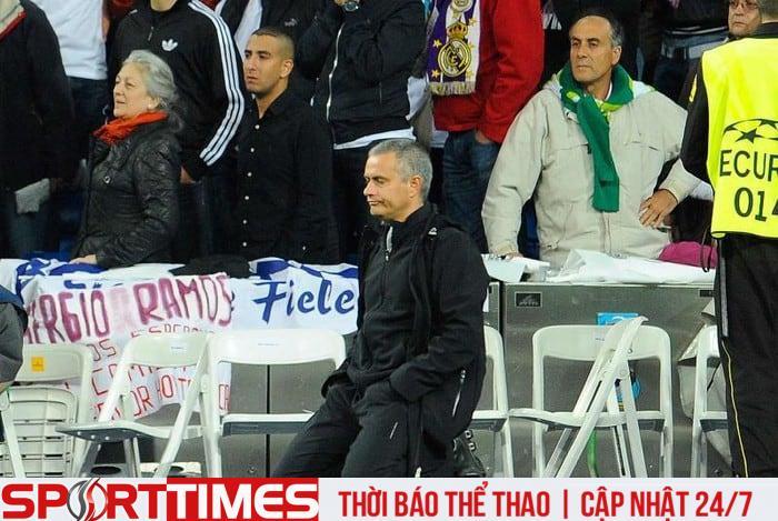 Mourinho quỳ xuống đường biên theo dõi học trò đá luân lưu.