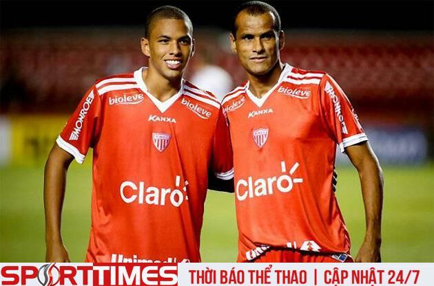 Rivaldinho (trái) và người cha cực kỳ nổi tiếng Rivaldo