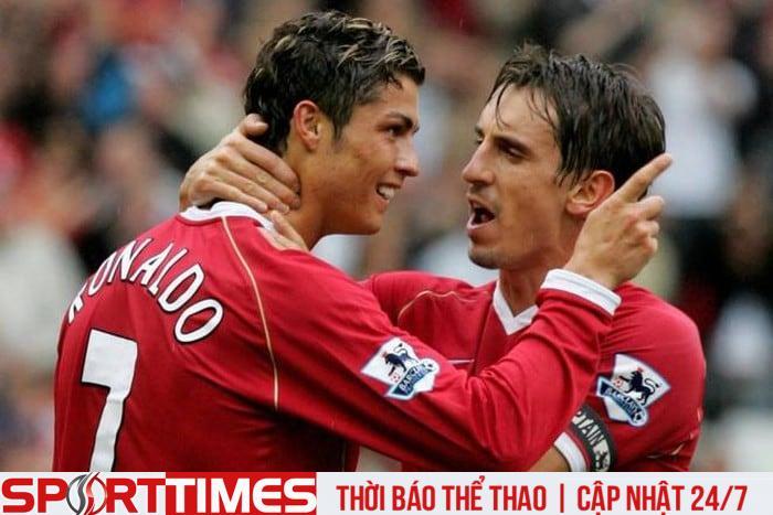Ronaldo và Neville từng là đồng đội trong màu áo MU. Ảnh: Getty.