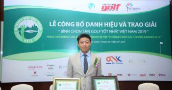 """Đại diện sân Sky Lake nhận giải thưởng Sân được bảo dưỡng tốt nhất và Top 10 sân golf hàng đầu Việt Nam tại Lễ công bố danh hiệu và trao giải """"Bình chọn sân golf tốt nhất Việt Nam 2019"""""""