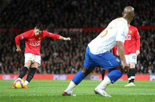 Ronaldo thực hiện cú sút phạt với kỹ thuật knuckleball