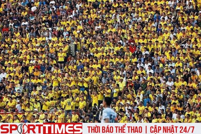 Sân vận động Thiên Trường (Nam Định) chật kín người xe trận Nam Định - Viettel (Ảnh: Reuteur)