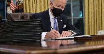 Biden ký vào thỏa thuận chung Paris.
