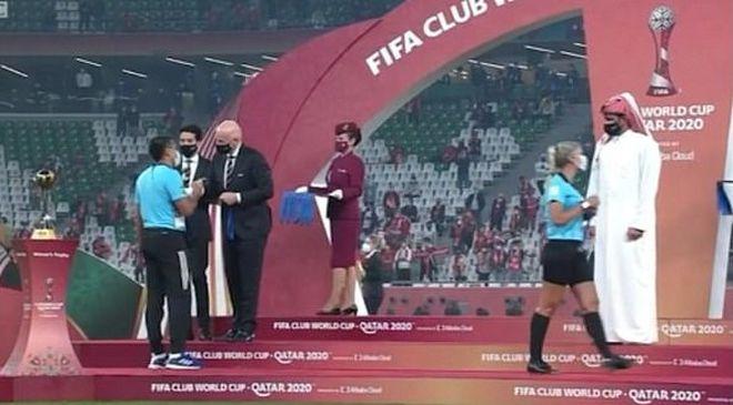 Chủ tịch FIFA bị dân mạng chỉ trích vụ nữ trọng tài 'ngó lơ' Hoàng gia Qatar - ảnh 1