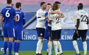 Ma thuật kiến tạo của De Bruyne khiến cặp trung vệ Leicester ngã sõng soài
