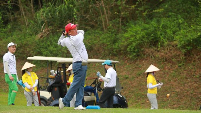cựu danh thủ hồng sơn, hoa hậu ngọc hân dự giải golf hơn 4 tỷ tiền thưởng