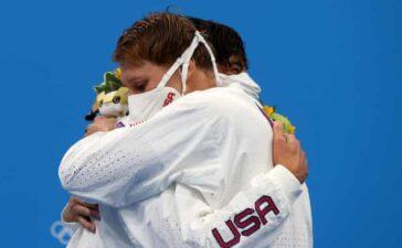 Khuyến cáo vận động viên Olympic không ôm nhau trên bục nhận huy chương