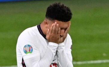 Tuyển Anh tự đưa bóng đá đi xa nhà