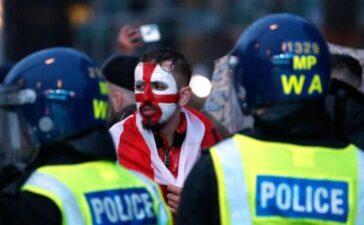 CĐV Anh trốn vé, đánh nhau, tấn công cầu thủ nước mình tại Euro