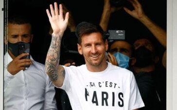 Messi vẫy tay chào fan khi đến Paris