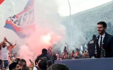 Cận cảnh fan cuồng PSG đốt pháo sáng chào đón Messi