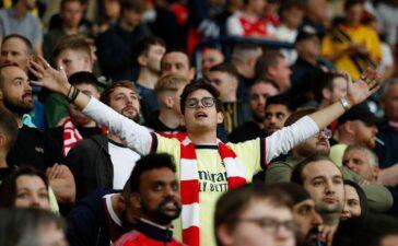Người hâm mộ Arsenal ăn mừng khi Man City ghi bàn