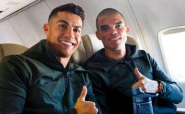 Ronaldo xem lại bàn thắng lịch sử trên xe buýt