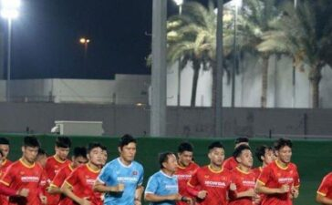 Đội tuyển Việt Nam tập nhẹ nhàng trong buổi đầu ở UAE